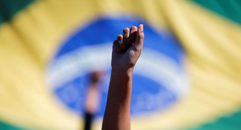 Punho é levado para o alto durante protesto contra Jair Bolsonaro em Brasília (DF)