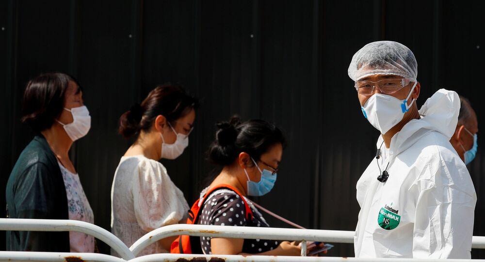 Pessoas fazem fila para testes de ácido nucleico em um local de testagem temporário após novo surto do coronavírus SARS-CoV-2 em Pequim, China, 30 de junho de 2020