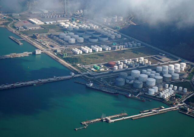 Tanques de petróleo e gás em depósito no porto de Zhuhai, China, 22 de outubro de 2018