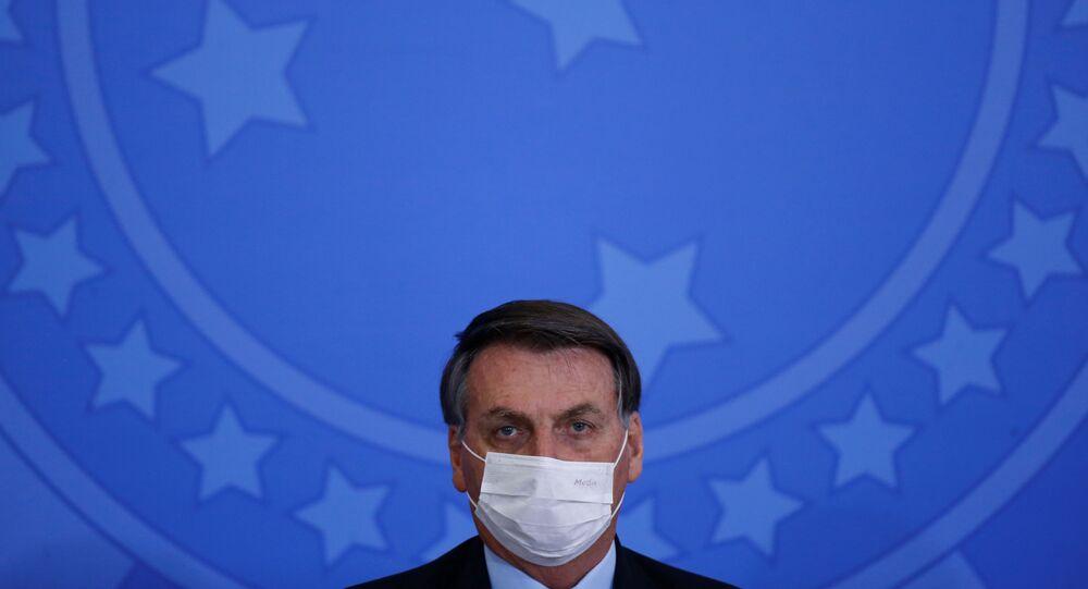 Em Brasília, o presidente Jair Bolsonaro usa uma máscara de proteção, em meio à pandemia da COVID-19, durante cerimônia de posse do ministro das Comunicações Fábio Faria, em 17 de junho de 2020.