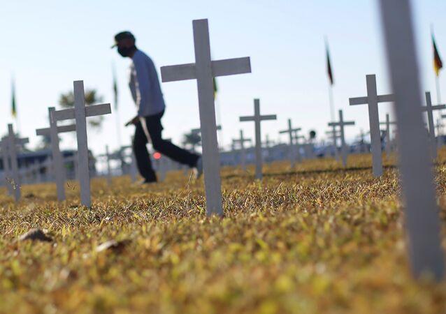 Cruzes colocadas na Esplanada dos ministérios em Brasília fazem homenagem aos mortos pela COVID-19.