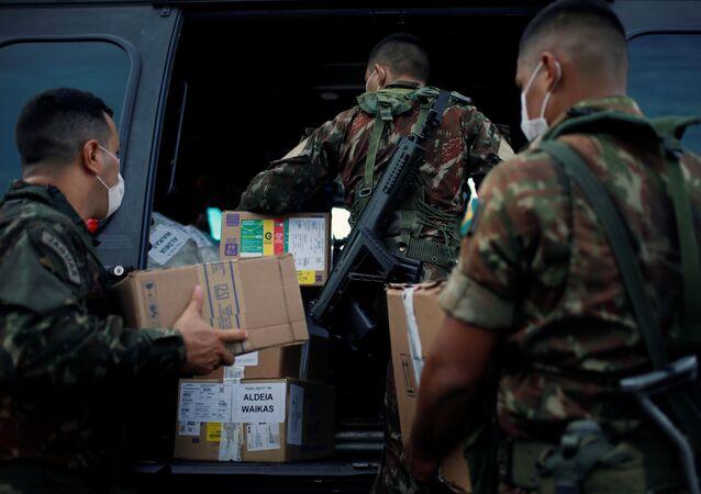Membros das Forças Armadas brasileiras carregam suprimentos médicos em um helicóptero militar, em meio à disseminação do coronavírus, em Boa Vista, Roraima, Brasil, 30 de junho de 2020