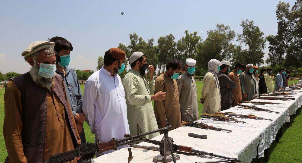 Membros do Talibã entregam suas armas e se juntam ao programa de reconciliação e reintegração do governo afegão em Jalalabad, Afeganistão, 25 de junho de 2020