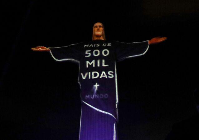 Estátua do Cristo Redentor é iluminada com mensagem em homenagem às vítimas da COVID-19, no Rio de Janeiro, Brasil, 1º de julho de 2020