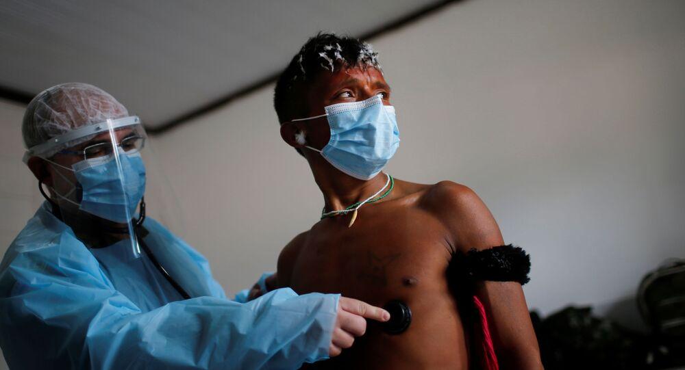 Membro da equipe médica das Forças Armadas brasileiras examina um índio yanomami, em meio à disseminação da doença por coronavírus, em Alto Alegre, Roraima, Brasil, 1º de julho de 2020