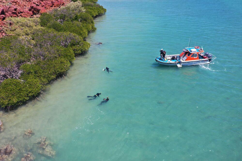 Pesquisadores da Universidade Flinders procuram artefatos aborígenes de mais de sete mil anos no arquipélago Dampier, na Austrália