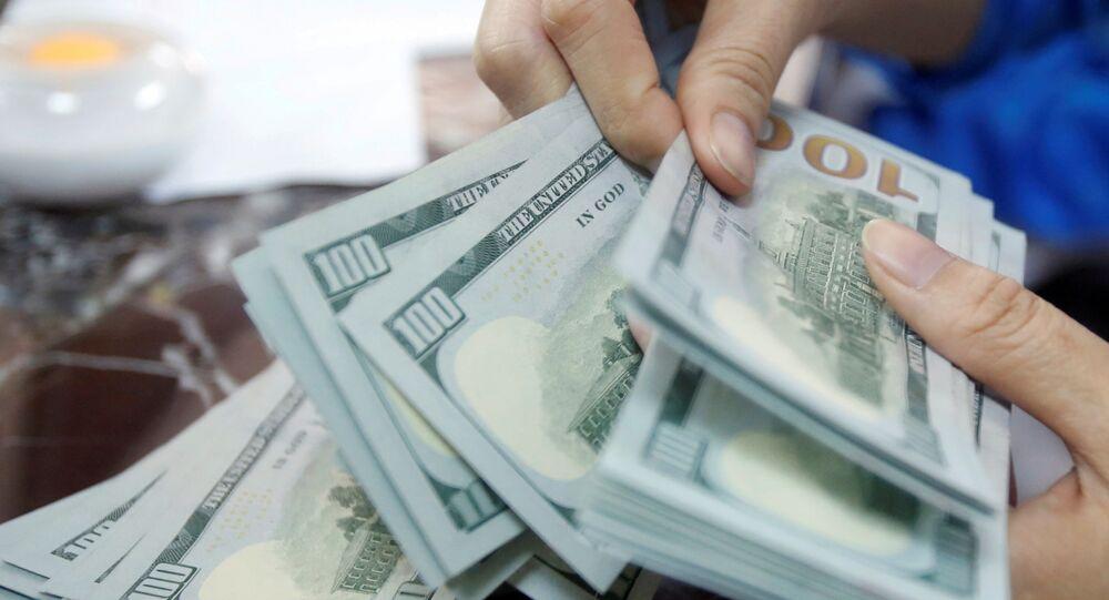 Funcionário bancário conta cédulas de dólares dos EUA, 16 de maio de 2016