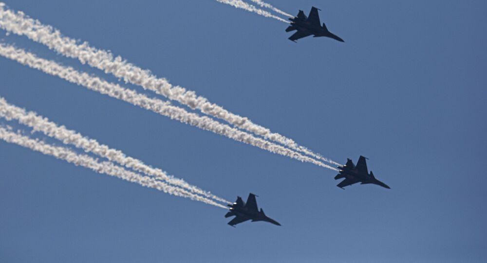 Caças Su-30 da Força Aérea da Índia realizam uma passagem aérea em Gauhati, Índia, 3 de maio de 2020