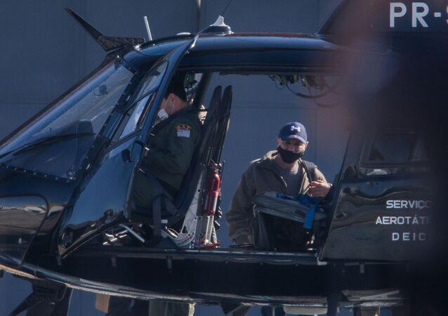 Fabrício Queiroz é conduzido para o helicóptero da Polícia Civil no Campo de Marte, em São Paulo