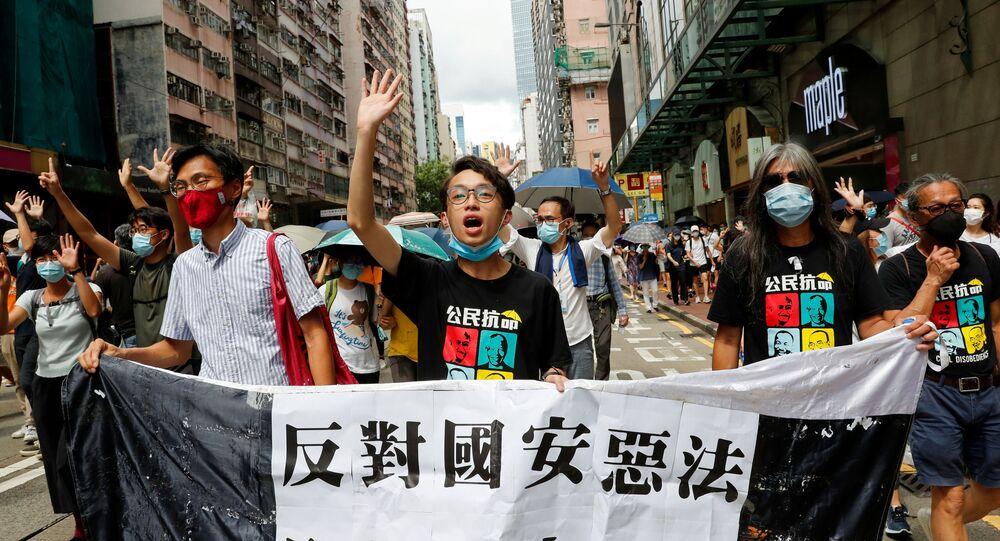 Parlamentares e ativistas pelos direitos humanos marcham no aniversário de devolução de Hong Kong à China