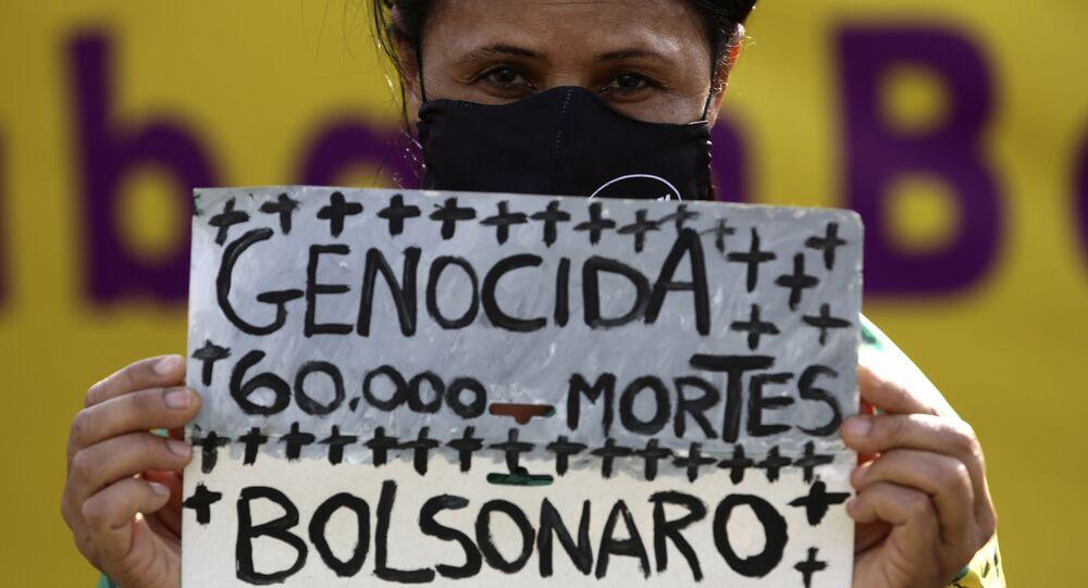Manifestante protesta contra a postura do governo Bolsonaro durante o surto da COVID-19 no Brasil