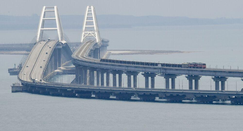 Trem de carga na ponte da Crimeia, Rússia