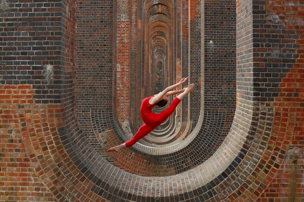 Dançarina Hannah Martin durante uma sessão de treinamento perto de viaduto no vale de Ouse, Reino Unido