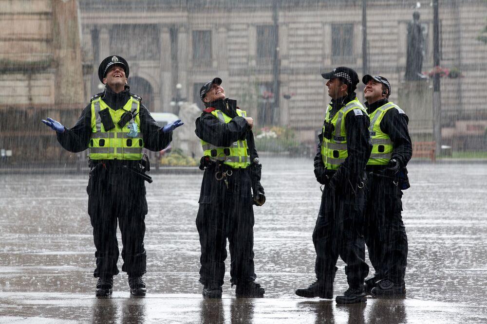 Policiais em George Square, em Glasgow, Escócia