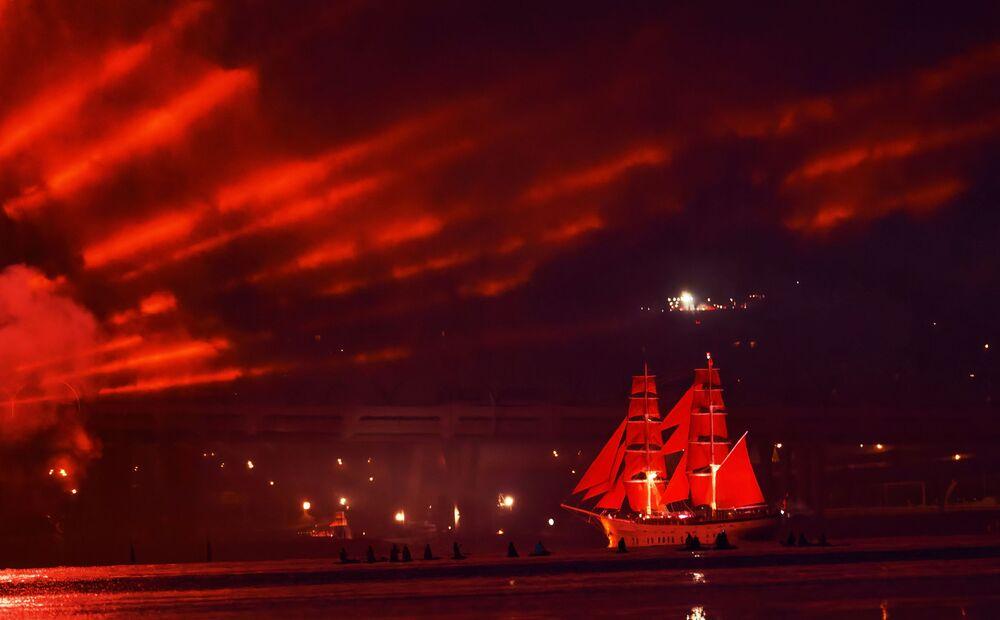 Embarcação à vela no golfo da Finlândia durante a festa de graduação em São Petersburgo