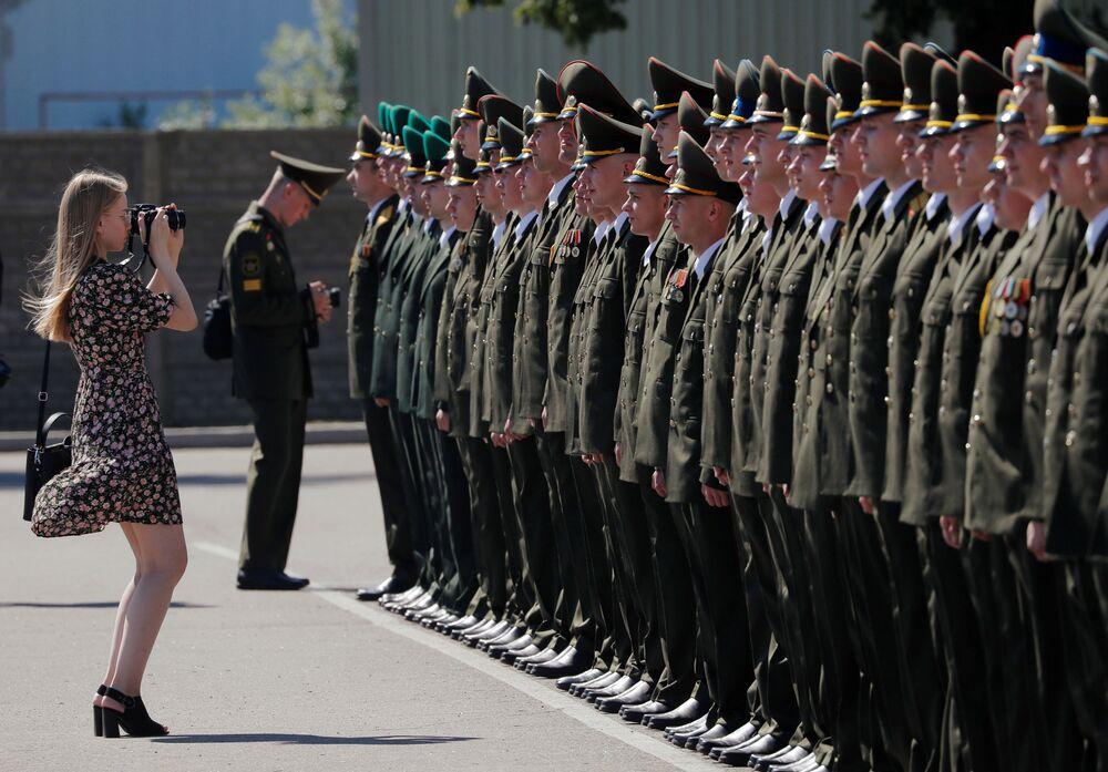 Graduados da Academia Militar da Bielorrússia recebendo diplomas