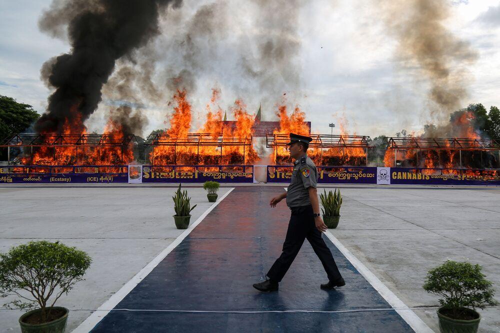 Destruição de drogas apreendidas em Yangon, Mianmar