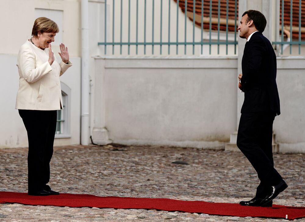 Chanceler alemã Angela Merkel cumprimenta presidente francês Emmanuel Macron