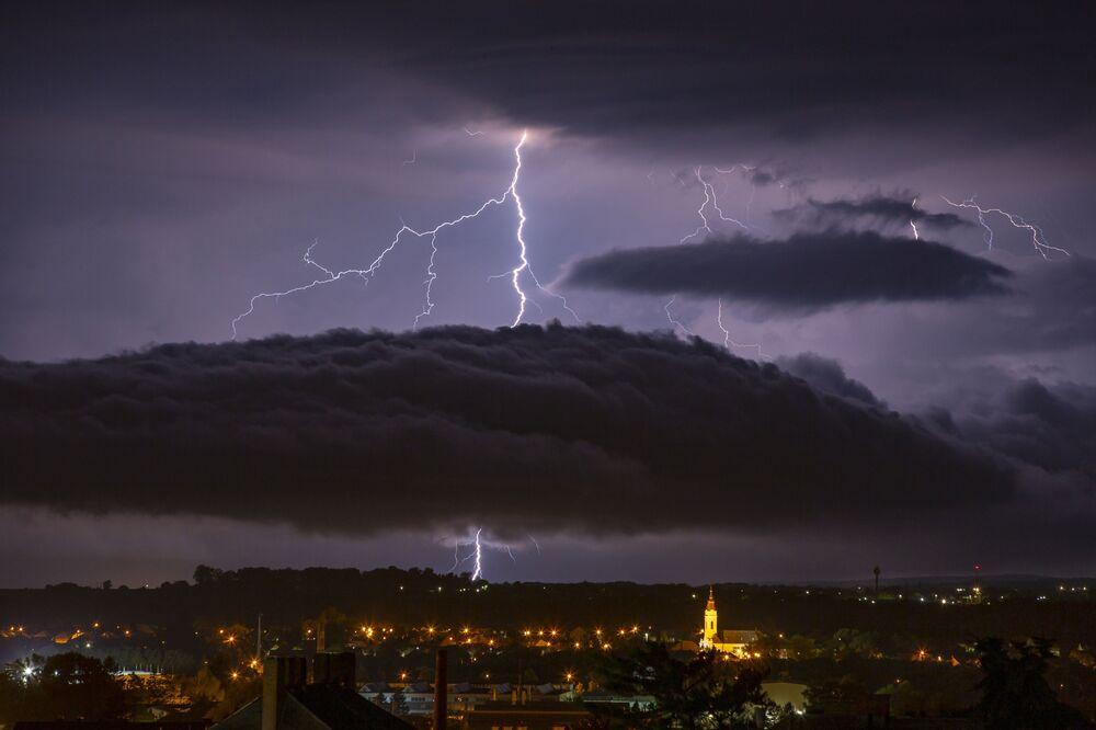 Relâmpago no céu sobre a cidade de Nagykanizsa, Hungria.