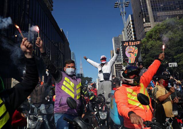 Entregadores de aplicativo protestam em São Paulo em meio à pandemia do novo coronavírus