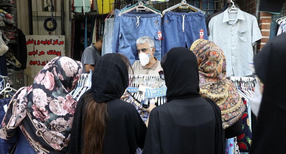 Moradores de Teerã fazem compras em mercado da capital do Irã em meio à pandemia do coronavírus