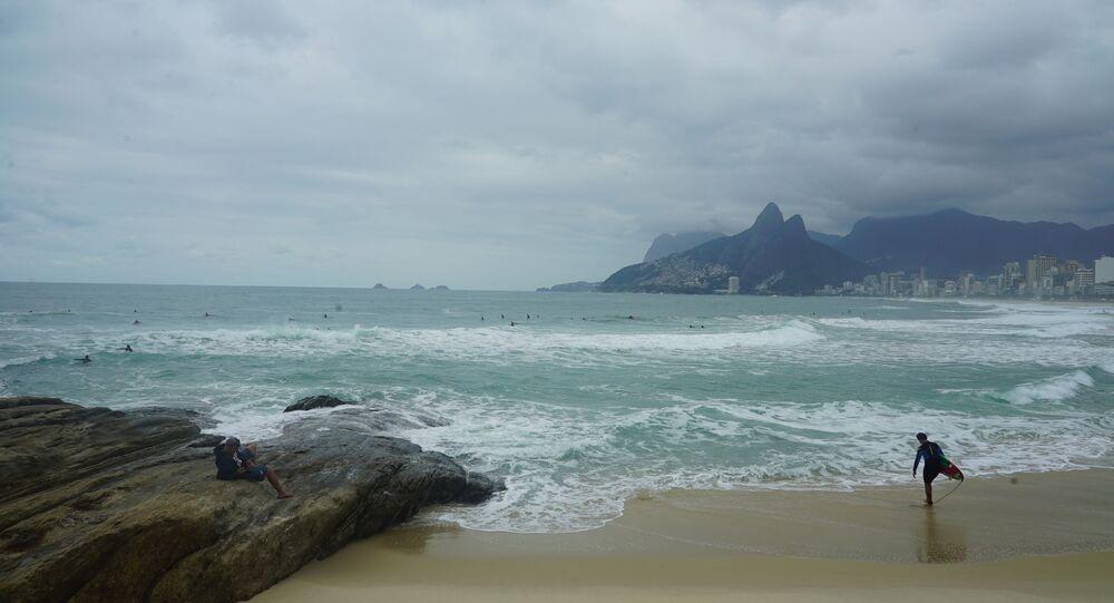 Surfistas pegam onda com tempo nublado no Arpoador, Ipanema, Rio de Janeiro, durante pandemia da COVID-19