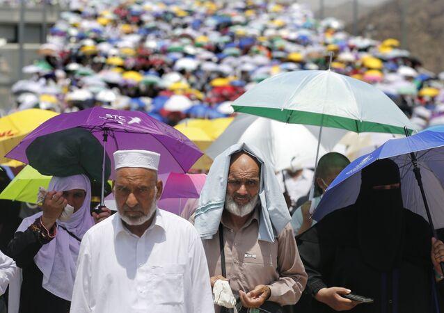 Peregrinos caminham rumo a Meca durante Hajj de 2019