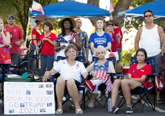 Manifestantes durante protesto contra medidas de isolamento social como prevenção da COVID-19, em Phoenix, Arizona (EUA), 4 de julho de 2020