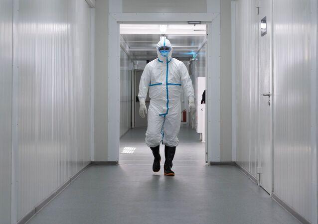 Médico com traje de proteção (imagen referencial)