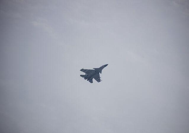 Um caça J-15 voa sobre Pequim, 15 de setembro de 2019
