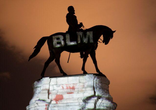 Estátua de  Robert E. Lee durantes as manifestações Black Lives Matter nos EUA