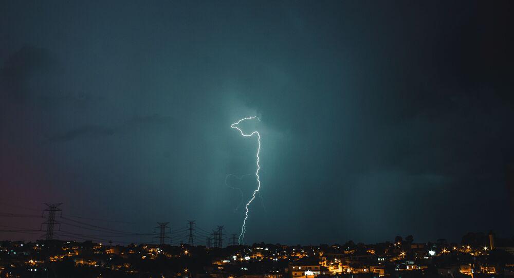 Imagem de raio de eletricidade atingindo cidade