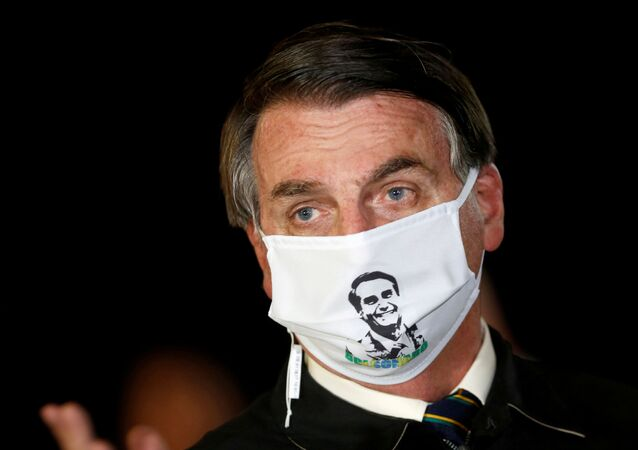 Presidente Jair Bolsonaro usa máscara durante a chegada no Palácio da Alvorada, em Brasília