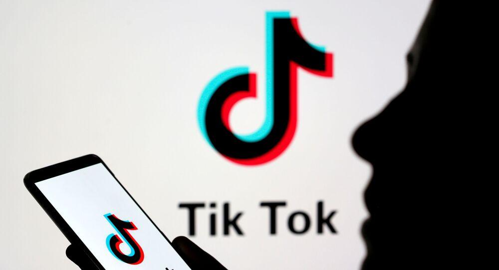 Uma pessoa segura um smartphone com o logotipo do TikTok, 7 de novembro de 2019
