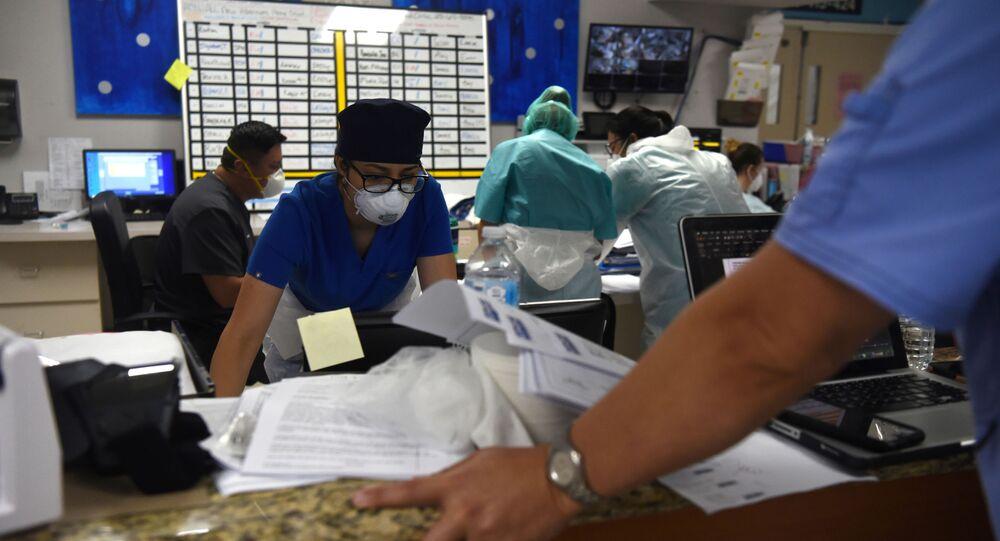Equipe médica na unidade de terapia intensiva de COVID-19 do hospital United Memorial em Houston, Texas, EUA, 29 de junho de 2020.