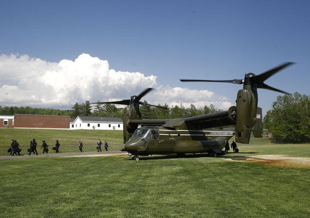 Pessoal sai de um MV-22 Osprey do Corpo de Fuzileiros Navais dos EUA antes da chegada do helicóptero Marine One com o presidente dos EUA, Donald Trump, a bordo, em Guilford, Maine, EUA, 5 de junho de 2020