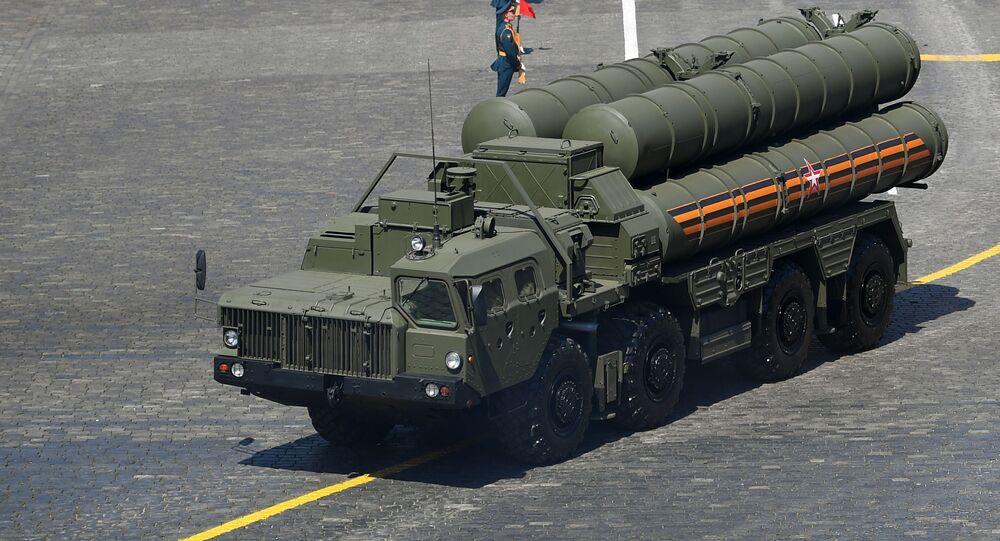 Sistema de mísseis de defesa antiaérea S-400 durante o desfile militar que marcou o 75º aniversário da vitória na Grande Guerra pela Pátria de 1941-1945, na Praça Vermelha, Moscou