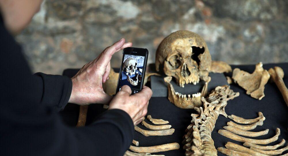 Ossada de uma possível vítima da peste bubônica no século XIV em Londres, na Inglaterra
