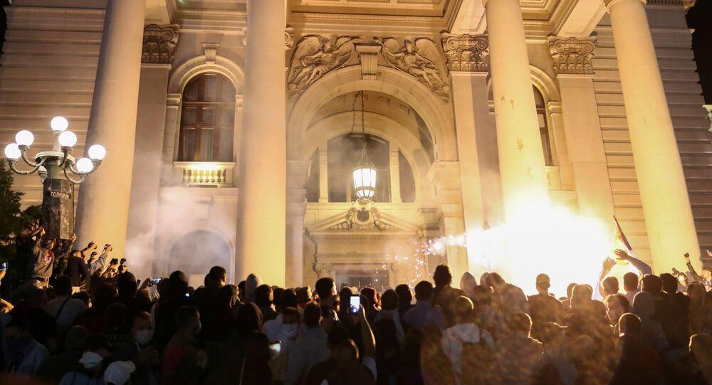 Manifestantes protestam em frente ao parlamento sérvio contra medidas de isolamento anunciadas para Belgrado