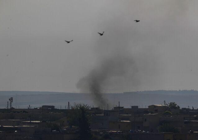 Cidade síria de Tel Abyad durante confrontos