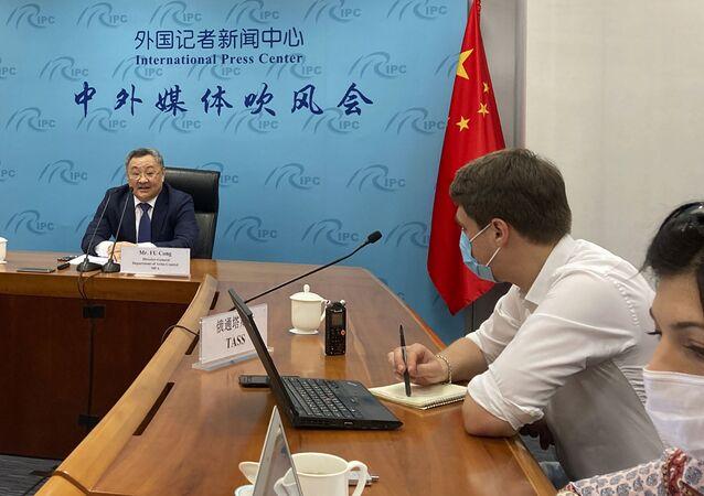 Fu Cong, diretor-geral do Departamento de Controle de Armas do Ministério das Relações Exteriores da China, fala à mídia em uma coletiva de imprensa sobre as conversações de armas nucleares em Pequim, 8 de julho de 2020
