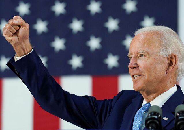 Candidato democrata à presidência dos EUA e antigo vice-presidente Joe Biden estende seu punho enquanto responde a perguntas de repórteres durante um comício no estado de Delaware, Wilmington, EUA, 30 de junho de 2020