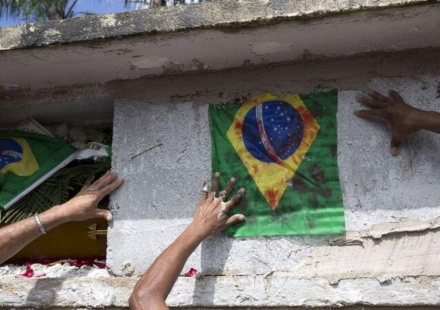 Enterro do músico Evaldo dos Santos Rosa, assassinado pelo Exército na frente de sua família.