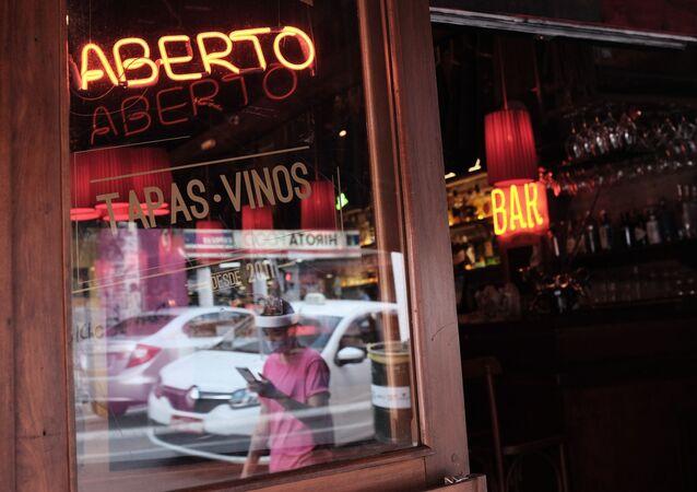 Letreiro indica restaurante aberto no centro de São Paulo, na segunda-feira (6). Bares, restaurantes e salões de belezas reabrem na cidade com horário de atendimento, lotação limitados e cumprindo regras sanitárias para conter o avanço da Covid-19, doença causada pelo novo coronavírus