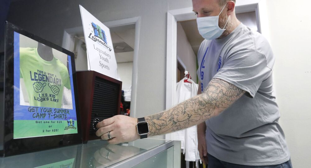 Professor controla um filtro de ar em uma escola em Richardson, no Texas