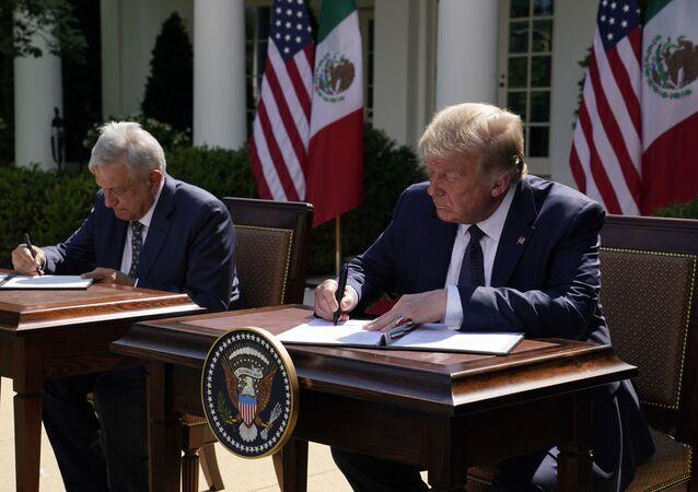 O presidente do México, Andrés Manuel López Obrador (à esquerda) e o presidente dos Estados Unidos (Donald Trump), assinam declaração conjunta na Casa Branca, em 8 de julho de 2020.