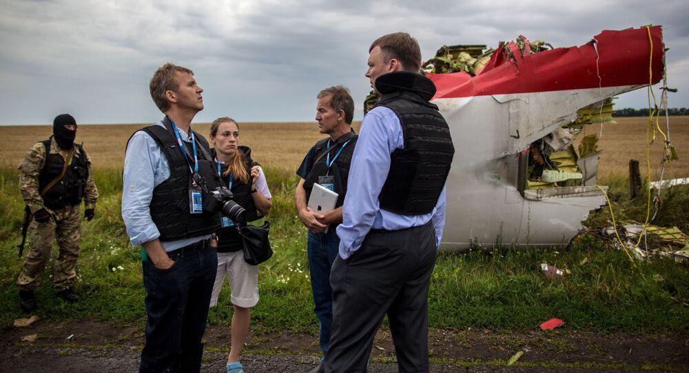 Especialistas da missão da OSCE no local da queda do Boeing 777 perto de Shahtersk em Donetsk