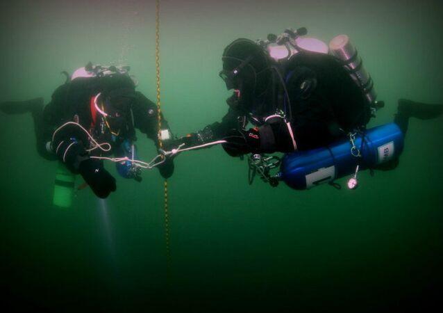 Membros da expedição científica da Sociedade Geográfica Russa realizam mergulho no Ártico