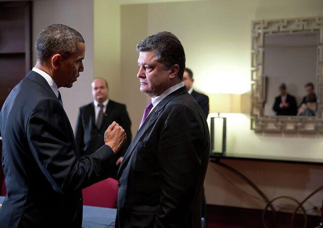Barack Obama conversa com Pyotr Poroshenko durante reunião realizada na Polônia, em junho de 2014