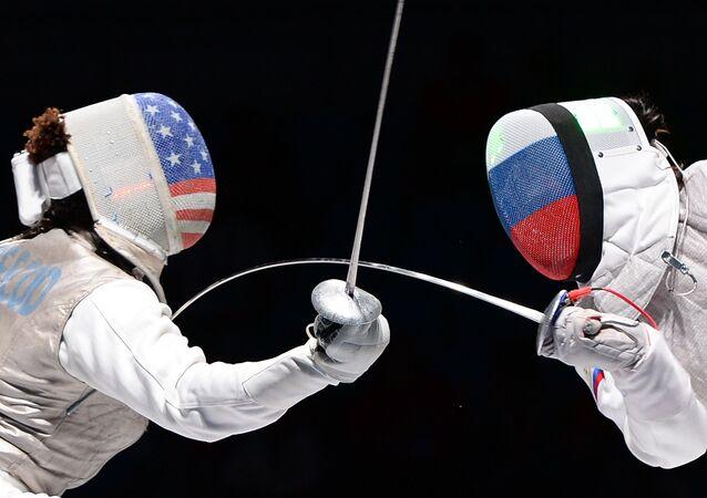 Nzingha Prescod e Aida Shanayeva na semifinal de florete do Campeonato Mundial de Esgrima em Moscou